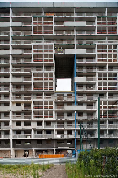 La courneuve (Seine-Saint-Denis) - Cité des 4000. Début de la démolition par grignotage de la barre Balzac. Une cérémonie de début des travaux a été perturbée par une manifestation des squatters expulsés de la barre Balzac.