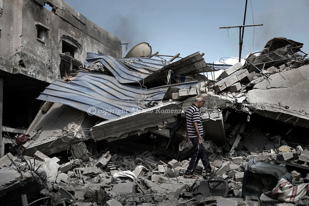 Gaza Strip, Beit Hanoun: A Palestinian man is seen in front of his destroyed house by Israeli strike in the town of Beit Hanoun, during the ceasefire on July 26, 2014. ALESSIO ROMENZI