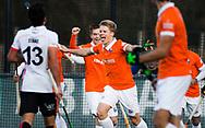 BLOEMENDAAL - Hockey - Bloemendaal-Oranje Rood 3-2. Jasper Brinkman heeft voor Bloemendaal de stand op 2-0 gebracht. Op de achtergond Thierry Brinkman (Bldaal) . COPYRIGHT  KOEN SUYK