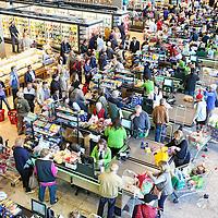 Arese shopping center il più grande centro commerciale d'Italia, una vera cattedrale dello shopping, con un ipermercato enorme, 25 ristoranti, oltre 200 negozi di marche famose (dall'elettronica all'abbigliamento) e parcheggi coperti per più di 6.000 vetture.  Arese (Milano) 14 aprile 2016