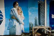 Fotografia de una pareja en la valla de  fachada de una construcción de un edificion en la ciudad de Panama .Foto: Ramon Lepage / Istmophoto.