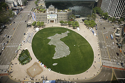 April 26, 2018 - Seoul, SOUTH KOREA - April 26, 2018-Seoul, South Korea-The shape of the Korean Peninsula made with margaret flower on the lawn to wish for a successful inter-Korean summit in front of City Hall on April 26, 2018 in Seoul, South Korea. The summit between South Korean President Moon Jae-in and North Korea's leader Kim Jong-un is scheduled on April 27, 2018 at the Joint Security Area in Panmunjom. (Credit Image: © Ryu Seung-Il via ZUMA Wire)