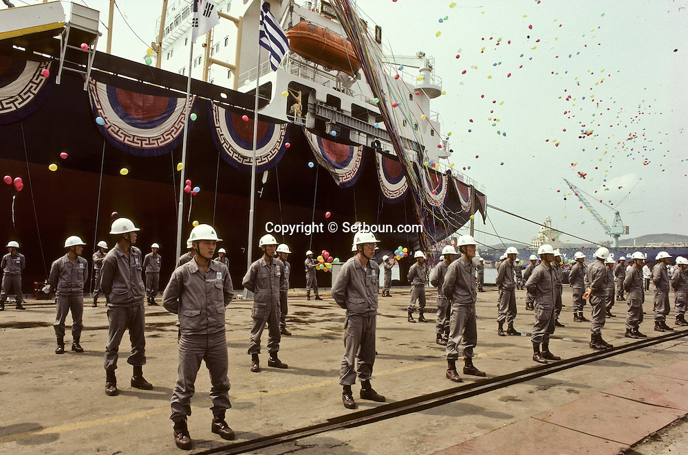 HYUNDAI shipyards workers at ULSAN. Launching of a Greek ship. Ouvriers du chantier naval HYUNDAI a ULSAN baptême d'un navire grec ///R27/10    L2575  /  R00027  /  P0003473