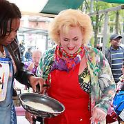 NLD/Amsterdam/20130701 - Keti Koti Ontbijt 2013 op het Leidse Plein, Karin Bloemen aan het bakken