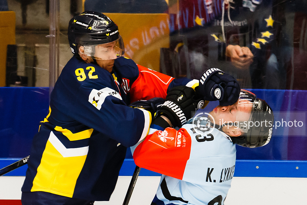 150829 Ishockey, CHL, HV71 - S&ouml;nderjyskE<br /> (92) Teemu Laine, HV71 trycker handsken i ansiktet p&aring; (23) Kim Lykkeskov, S&oslash;nderjyskE Vojens.<br /> &copy; Daniel Malmberg/All Over Press