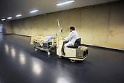 Nederland, Nijmegen, 8-1-2010Een patient in bed wordt door de vervoersdienst naar een andere plek in het ziekenhuis gebracht.Foto: Flip Franssen