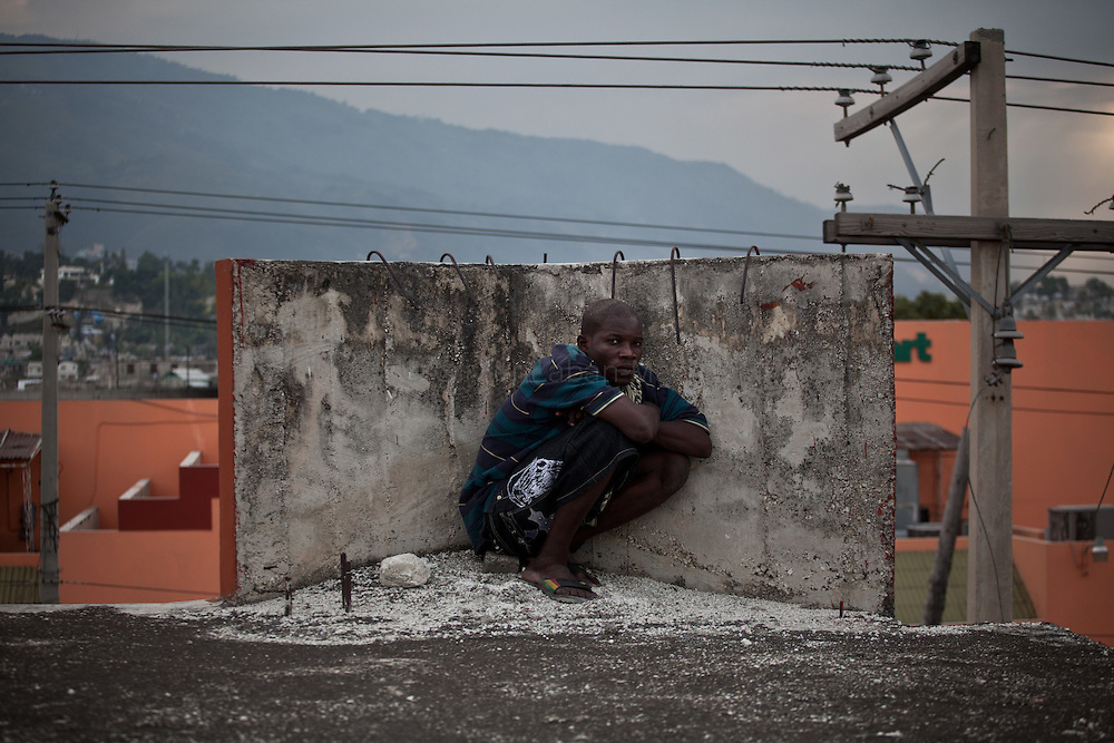 Martelly's supporters demonstrate, in the streets of Port-au-Prince, to protest against the results of the presidential elections and the defeat of their leader, Michel Martelly. /// A Martelly's supporter hides himself on a roof of Port-au-Prince, to avoid Minustah's tear gas.