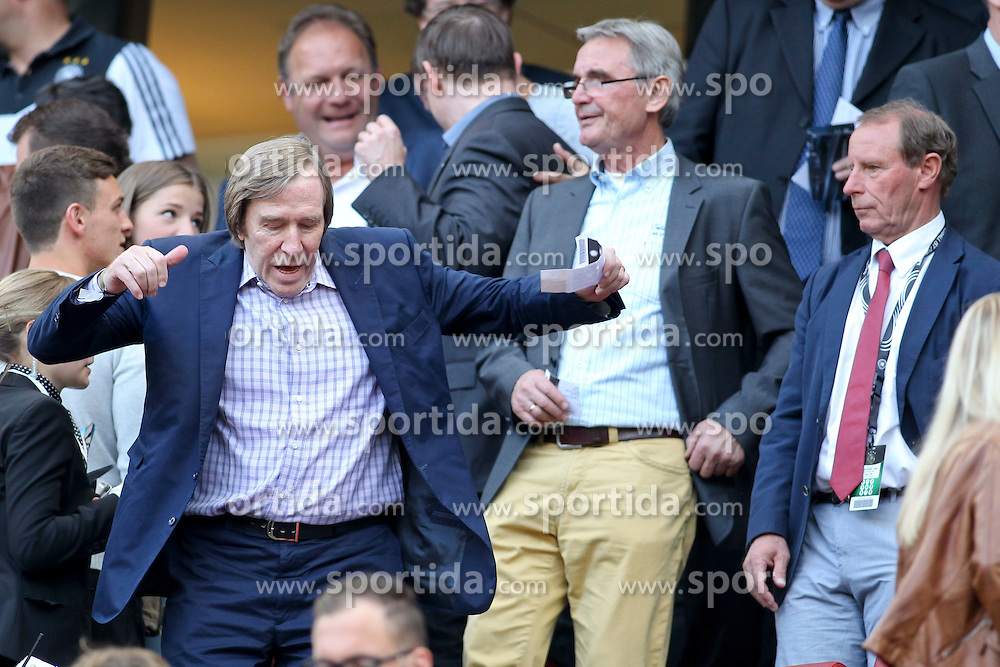10.06.2015, RheinEnergie Stadion, Koeln, GER, FS Vorbereitung, Testspiel, Deutschland vs USA, im Bild Guenther Netzer faellt fast nach einer Ohrfeige von Berti Vogts // during the international friendly football match between Germany and USA at the RheinEnergie Stadion in Koeln, Germany on 2015/06/10. EXPA Pictures &copy; 2015, PhotoCredit: EXPA/ Eibner-Pressefoto/ Schueler - Pressefoto<br /> <br /> *****ATTENTION - OUT of GER*****