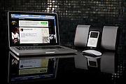 Belo Horizonte_MG, Brasil..Dispositivos de alta tecnologia. Na foto notebook com o twitter do Eduardo Costa, iPod e  aparelho de som de ultima geracao...High-tech  devices. In the photo notebook with twitter of Eduardo Costa, iPod and stereo. ..Foto: JOAO MARCOS ROSA / NITRO