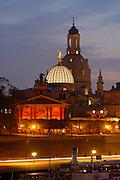 Dresden..Brühlsche Terrasse, Kunstakademie und Frauenkirche bei Nacht
