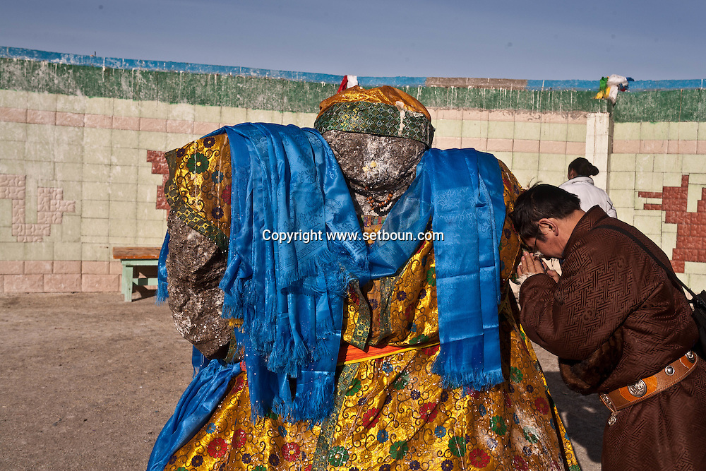 Mongolia. Eej Had , Holy stone. Shamanist and buddhist place. Celebration of Tsagaan Sar , mongol new year, white month, en hiver dans la neige  Zunmot -    / Eej Had pierre sacree , rite chamaniste et boudhiste, celebration de Tsagaan sar, le nouvel an mongol, in winter   Zunmod - Mongolie