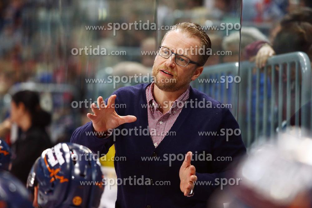 25.09.2015, SAP Arena, Mannheim, GER, DEL, Adler Mannheim vs Duesseldorfer EG, 5. Runde, im Bild Christof Kreutzer (Headcoach Duesseldorfer EG) gibt Anweisungen // during the German DEL Icehockey League 5th round match between Adler Mannheim and Duesseldorfer EG at the SAP Arena in Mannheim, Germany on 2015/09/25. EXPA Pictures &copy; 2015, PhotoCredit: EXPA/ Eibner-Pressefoto/ Neis<br /> <br /> *****ATTENTION - OUT of GER*****