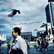 Istanbul, T&uuml;rkei/Turkey. Taksim Cumhuriyet Meydani. Tauben f&uuml;ttern und aufscheuchen. Pigeons feed and scare up.<br /> &copy; 05/2012 Harald Krieg / Agentur Focus