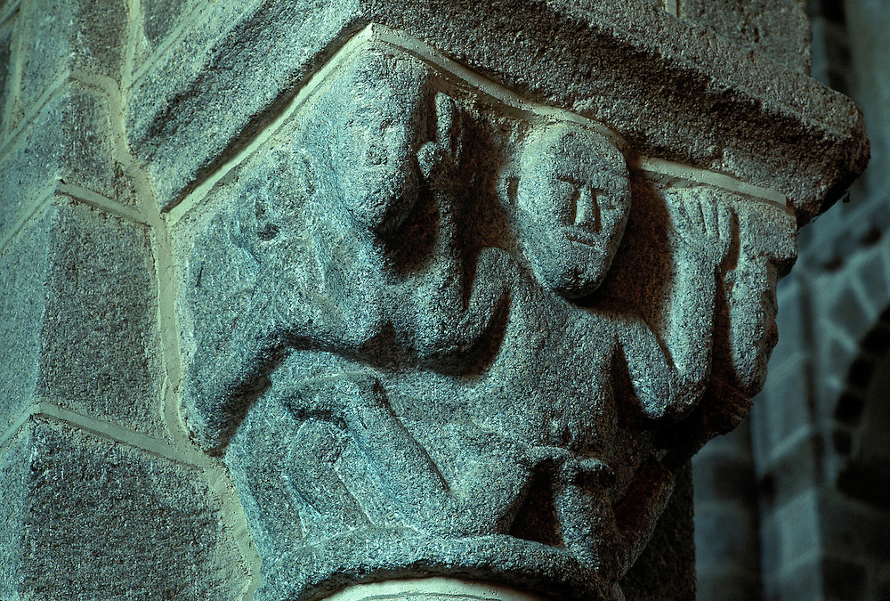 24/05/03 - CHATEL MONTAGNE - ALLIER - FRANCE - Eglise Romane de Chatel Montagne - Photo Jerome CHABANNE