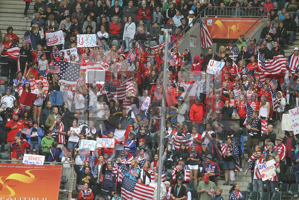 MONCHENGLADBACH, ALEMANHA, 13 DE JULHO DE 2011 - COPA DO MUNDO FIFA FUTEBOL FEMINININO - FRANCA X ESTADOS UNIDOS -   jogadora dos Estados Unidos durante lance de partida contra a Franca em jogo pelas semi-finais da Copa do Mundo Fifa de Futebol Feminino, no  Stadion Im Borussia-Park na cidade de Monchengladbach, nesta quarta-feira (13). (FOTO: WILLIAM VOLCOV - NEWS FREE).
