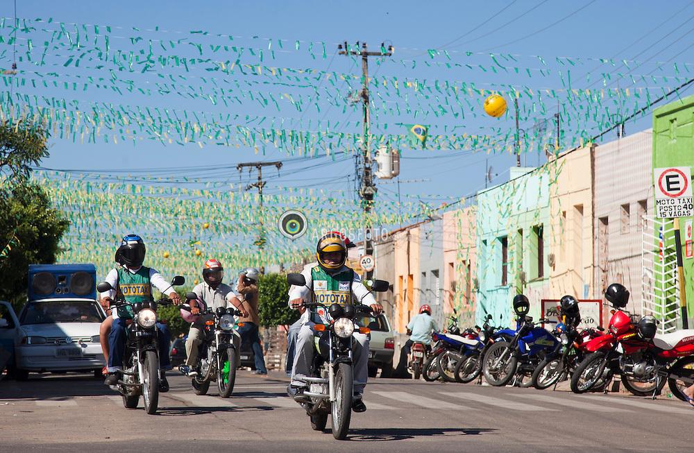 Centro da cidade de Iguatu, no Ceara. As motos sao o principal meio de transporte no interior do nordeste, onde eh comum a existencia de mototaxis / Iguatu, a small city in Ceara, Brazil. The motocycles are the main means of transport at the northeast of Brazil. Motorcycle taxi are usual.