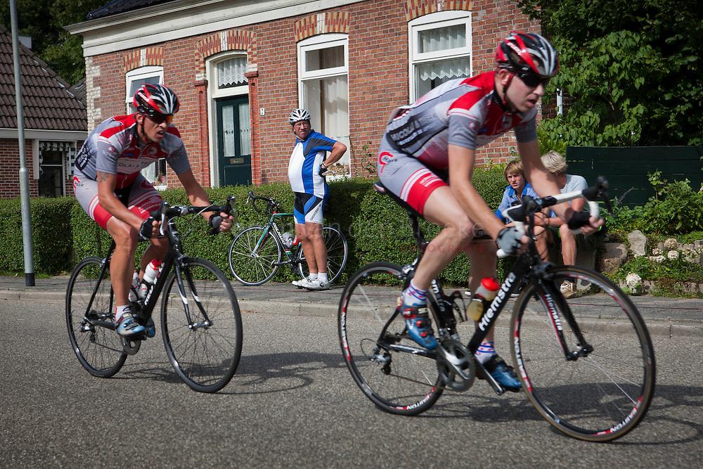 usquert 20100815. 42e rondom de bult van usquert, wielerronde. toeschouwer is niet in de dezelfde vorm als renners. foto: Pepijn van den Broeke. kilometers: 68