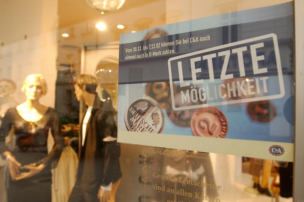 04 DEC 2002, BERLIN-SPANDAU/GERMANY:<br /> Das Bekleidungskaufhaus C&amp;A nimmt von seinen Kunden noch die D-Mark als Zahlungsmittel entgegen und zeigt dies mit einem kleinen Plakat im Schaufenster an, Berlin-Spandau<br /> IMAGE: 20021204-01-011<br /> KEYWORDS: Deutsche Mark, Geld, DM, Werbung