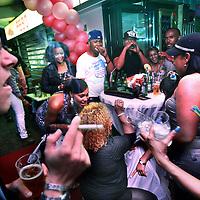 Nederland, Amsterdam Zuid Oost , 1 augustus 2011..Roze Maandagfeest ter inluiding van de Gaypride in Amsterdam. Locatie: eetcafe 100% Zuid/Oost, Bijlmerplein 367A..De feeststemming zit er al aardig in...Foto:Jean-Pierre Jans