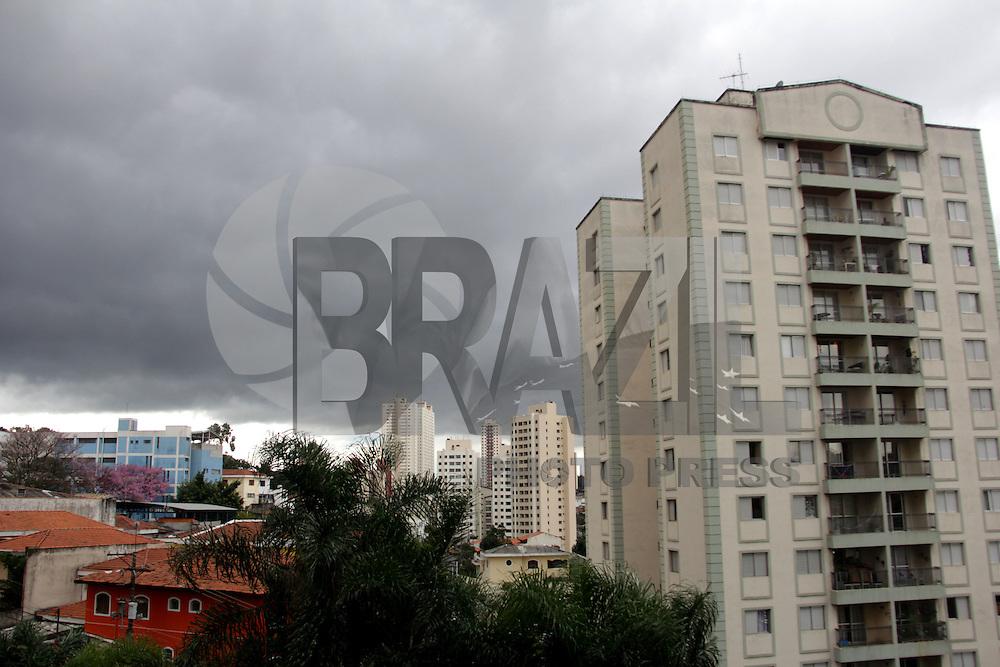 SAO PAULO, SP, 11.07.2015 - CLIMA-SP - Céu nublado é visto em Santana, região norte de São Paulo, SP, neste sábado, 11. (Foto: Fernando Neves/ Brazil Photo Press)
