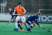 BLOEMENDAAL - Tim Swaen (Bldaal) met Dennis Warmerdam (Pinoke) tijdens de competitie hoofdklasse hockeywedstrijd heren, Bloemendaal-Pinoke (3-2)   COPYRIGHT KOEN SUYK