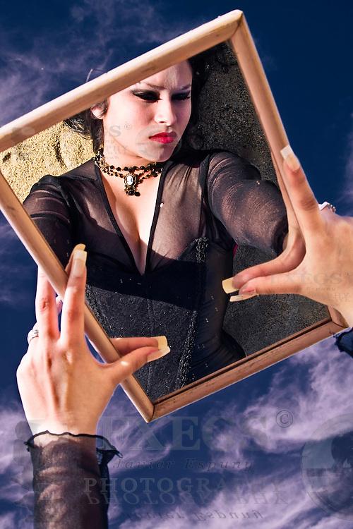 Retrato de mujer tumbada en la arena, reflejada en un espejo. Sesión en Valparaíso, Chile.