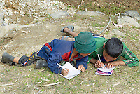 Nepal. Vallee de l Arun. Region Est du Nepal. Village de Honggaon de population Bhote (originaire du Tibet). Ecole de montagne. // Nepal. Arun valley, East Nepal. Honggaon village, inhabited by Bhote ethnic group (coming from Tibet). Mountain school.