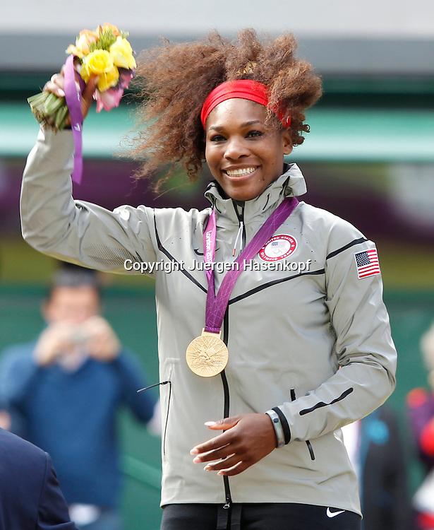 Olympiade,Wimbledon,AELTC,London 2012.Olympic Tennis Tournament, Damen Einzel Finale,Siegerehrung,Medaillen Praesentation, Serena Williams (USA) freut sich ueber ihre Goldmedaille,.Halbkoerper,Hochformat,