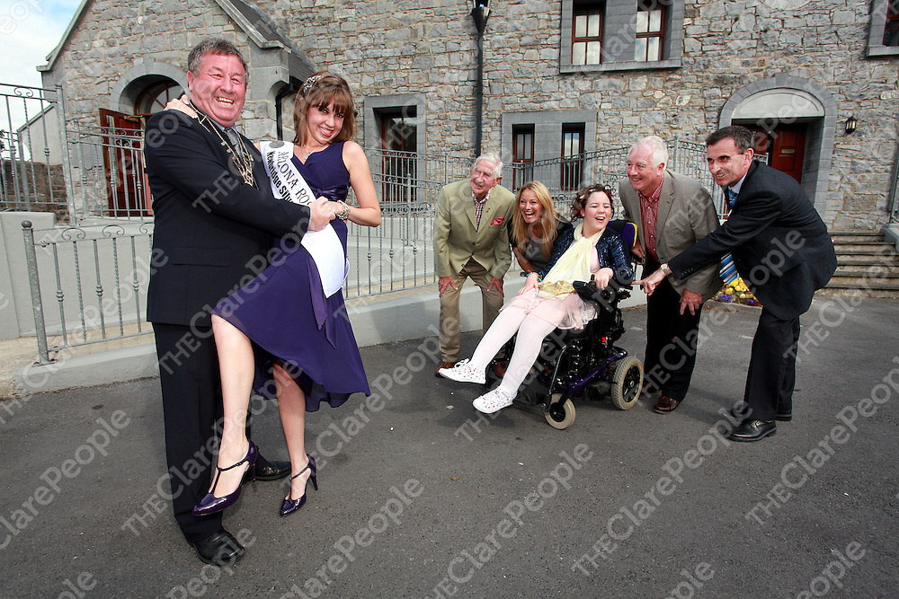 Tom Mannion-board memeber, councillor Mary Howard, Jessical Egan, TJ Waters-chairman of the Ennis/Phoenix Twinning Board and Ger Dollard-town manager look on as Mayor of Ennis Michael Guilfoyle welcomes the Arizona Rose Danielle McBurnett to Ennis on Friday.<br /> Photograph by Yvonne Vaughan