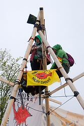 In den frühen Morgenstunden des 29. April 2013 wurde die Zufahrt des Atomkraftwerk Neckarwestheim blockiert. Mehrere Menschen haben sich mit sechs Meter hohen Tripods (Dreibeinen) in der Einfahrt verfestigt. Die etwa 30 AKW-GegnerInnen aus regionalen und überregionalen Anti-Atom-Zusammenhängen protestierten mit dieser Aktion gegen die aktuelle Atompolitik. <br /> <br /> Ort: Neckarwestheim<br /> Copyright: Angela Berger<br /> Quelle: PubliXviewinG