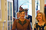 Koningin Maxima aanwezig bij Prix de Rome 2013. De Prix de Rome is de oudste en meest genereuze prijs voor jonge kunstenaars en architecten (tot 40 jaar) in Nederland. <br /> <br /> Queen Maxima attended Prix de Rome in 2013. The Prix de Rome is the oldest and most generous prize for young artists and architects (under 40 years) in the Netherlands.<br /> <br /> Op de foto / On the photo:  Koningin Máxima krijgt een rondleiding door het Appel arts centre in Amsterdam / Queen Máxima gets a tour of the Appel arts center in Amsterdam