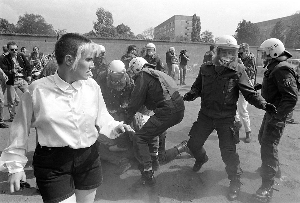 &copy; JU.<br />Neonazis, Rechtsextremismus<br />FAP - Freiheitliche Arbeiterpartei Deutschlands<br />Aufmarsch  in Berlin-Lichtenberg  am 1. Mai 1993<br />Antifa-Gegenaktionen werden von der Polizei niederge-<br />kn&uuml;ppelt...<br />Hier : Skingirl