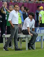 FUSSBALL  EUROPAMEISTERSCHAFT 2012   VORRUNDE Daenemark - Deutschland       17.06.2012 Co-Trainer Hansi Flick (li) und Trainer Joachim Loew (re, beide Deutschland)