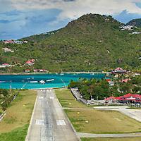 La célèbre piste d'atterissage sur l'ile de St Barth dans la caraïbe. L'une des plus dangereuse du Monde