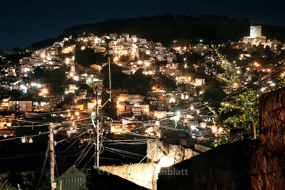 Favela Coroa is the junction between the boroughs Santa Teresa and Catumbi , overhanging the Sambodrome - the great Samba schools parades' avenue..