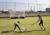 ROTTERDAM ZUID - jonge hockeyclub met nieuw veld, tegen de skyline van Rotterdam Zuid., Hockeyclub Feijenoord. COPYRIGHT KOEN SUYK