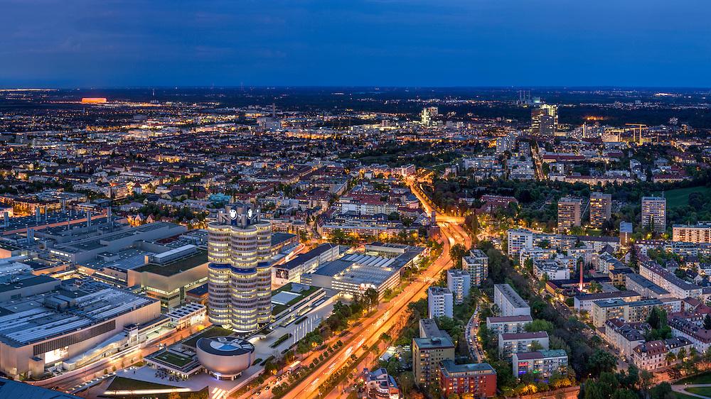 München Skyline mit Allianz Arena und BMW Welt bei Nacht. Ein sehr interessanter Ausblick auf die Isarmetropole von Oben.