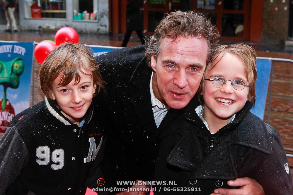NLD/Amsterdam/20110227 - Premiere Rango, Joep sertons met zoontje Boas en .....