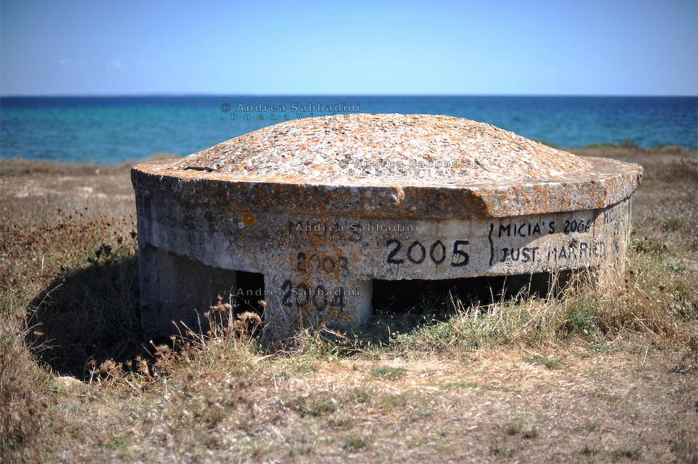 Punta Prosciutto (Puglia), agosto 2010: bunker sulla spiaggia - bunker on the beach