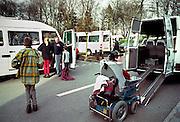 Nederland, Nijmegen, 15-10-2002..Gehandicaptenvervoer. leerlingen van een school voor gehandicapten bij de St Maartenskliniek worden met busjes opgehaald. Vervoer gehandicapten. Veiligheid, taxibus, vergoeding, ziekenfonds..Foto: Flip Franssen