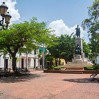 Parque Duarte, ubicado en el mismo corazón de la Ciudad Colonial justo frente a la iglesia de los Dominicos, en Santo Domingo, en la República Dominicana. En el siglo XIX, este fue el lugar escogido por los Trinitarios para reunirse y poner en marcha un complot contra la ocupación haitiana que tuvo lugar durante el período que comprende los años 1822 y 1844. En el año 1930, se erigió la estatua al padre de la patria Juan Pablo Duarte, que permanece en el centro de la plaza que lleva su mismo nombre.