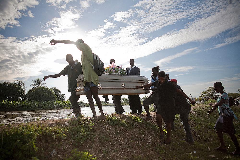 Durante la segunda quincena del mes de Octubre de 2010 comenzaron a aparecer casos de C&oacute;lera en la regi&oacute;n de Artibonite, en Hait&iacute;. Desde entonces la epidemia ha dejado m&aacute;s de 4.500 muertos y cerca de 250.000 afectados.<br /> <br /> Several people carries the coffin of a person died from cholera during a burial in Drouin, on the riverside of the Artibonite river.<br /> <br /> Andr&eacute;s Mart&iacute;nez Casares/EFE