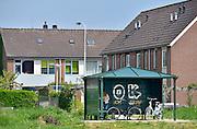 Nederland, Lent, 19-5-2013Jongerenontmoetingsplek, jop, aan de Visveldsestraat.bewoners van deze nieuwbouwwijk in de waalsprong van Nijmegen, vinden dat de hangplek te dicht bij de huizen ligt.Foto: Flip Franssen/Hollandse Hoogte Foto: Flip Franssen
