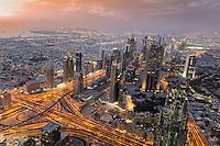 Aussicht vom Wahrzeichen Burj Khalifa auf die Skyline von Dubai bei Sonnenuntergang.