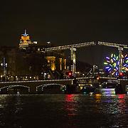 In de periode van 6-12-2013 tot en met 19-01-2014 toont het Amsterdam Light Festival een collectie werken van nationale en internationale kunstenaars, die zich bezig hebben gehouden met het thema Building with Light. Op de foto het kunstwerk Big Tree op de Amstelsluis voor Carre en bij de Magere Brug.