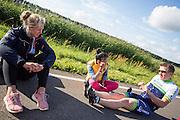 Robert praat met Lieske Yntema (links) over het rijden in de VeloX. In Lelystad rijdt Robert Braam de eerste meters in de VeloX4. Hij vervangt Rik Houwers die door een blessure het team heeft moeten verlaten. In september wil het Human Power Team Delft en Amsterdam, dat bestaat uit studenten van de TU Delft en de VU Amsterdam, een poging doen het wereldrecord snelfietsen te verbreken, dat nu op 133 km/h staat tijdens de World Human Powered Speed Challenge.<br /> <br /> With the special recumbent bike the Human Power Team Delft and Amsterdam, consisting of students of the TU Delft and the VU Amsterdam, also wants to set a new world record cycling in September at the World Human Powered Speed Challenge. The current speed record is 133 km/h.