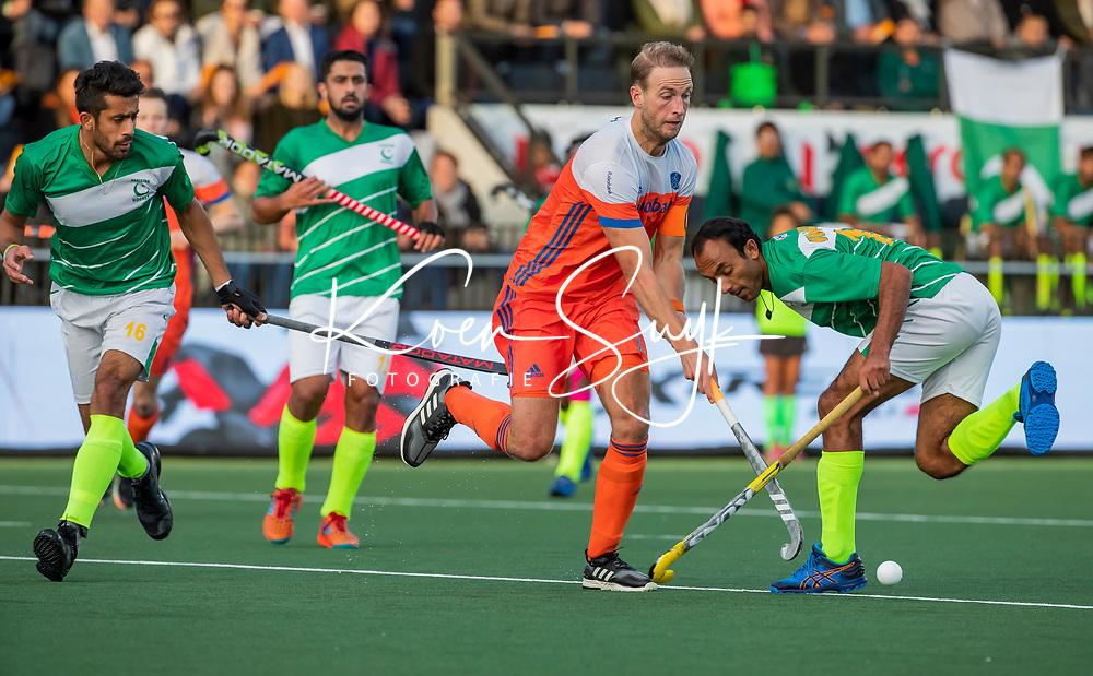 AMSTELVEEN - Billy Bakker (Ned)  met Ammad Butt (Pak)  en Umar Bhutta (Pak)  tijdens  de tweede  Olympische kwalificatiewedstrijd hockey mannen ,  Nederland-Pakistan (6-1). Oranje plaatst zich voor de Olympische Spelen 2020.   COPYRIGHT KOEN SUYK