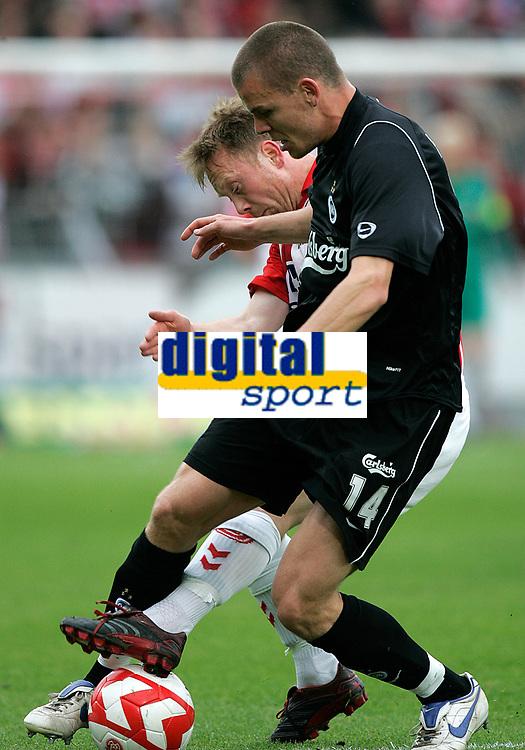 Fotball , 27. mai 2007 , OB's m&aring;lscorer Esben Hansen k&aelig;mper med AaB's Fredrik Winsnes i kampen om turneringens tredjeplads i sidste runde af SAS Ligaen mellem Aab og OB p&aring; Aalborg Stadion, s&oslash;ndag. Aalborg - Odense<br /> Norway only