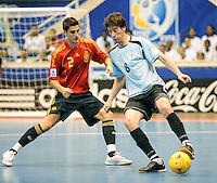 Fussball  International  FIFA  FUTSAL WM 2008   09.10.2008 Vorrunde Gruppe D Spain - Uruguay Spanien - Uruguay ORTIZ (li, ESP) gegen Diego GARRIDO (URU)