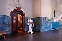 18 JUL 2006, BERLIN/GERMANY:<br /> Gustav Sommer auf dem Weg in den Sitzungssaal, Hauptverhandlung gegen Gustav, Erika und Michael Sommer vor der Wirtschaftsstrafkammer des Landgerichts Berlin, Moabit<br /> IMAGE: 20060718-01-008